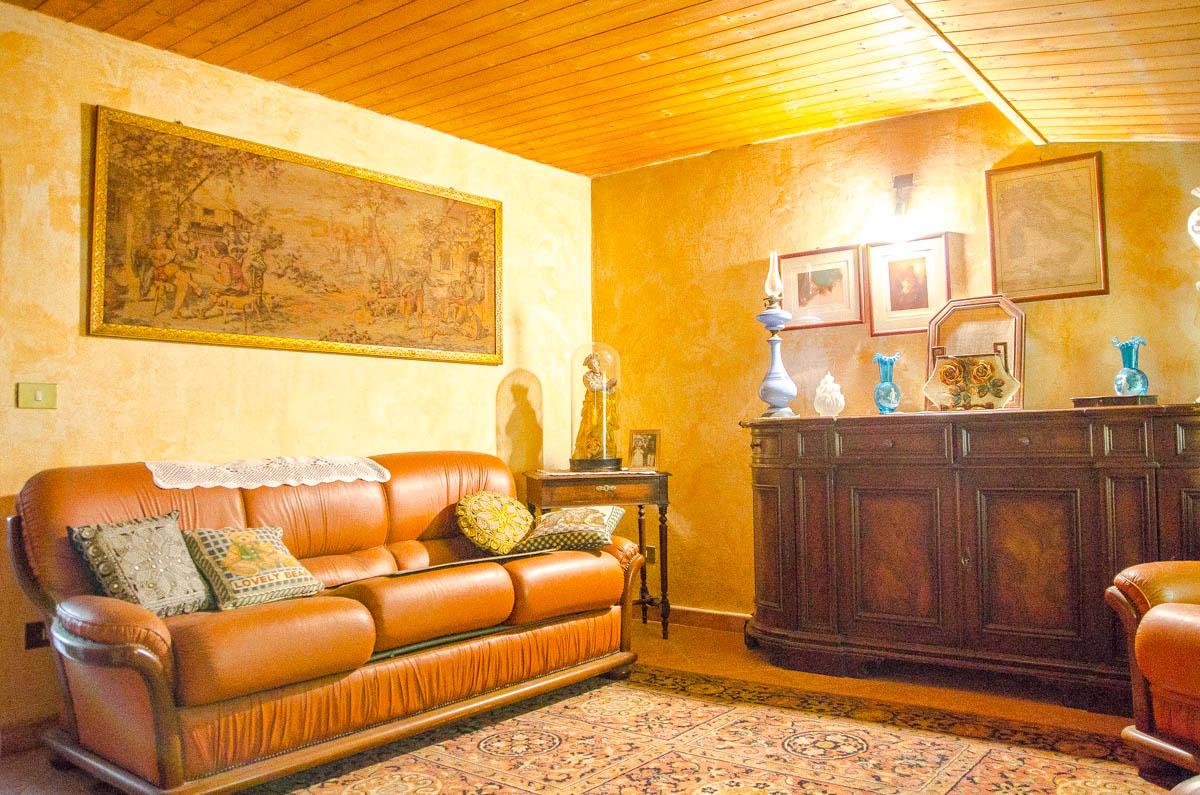 Salotto 4 del rustico in vendita a gassino torinese for Salotto rustico