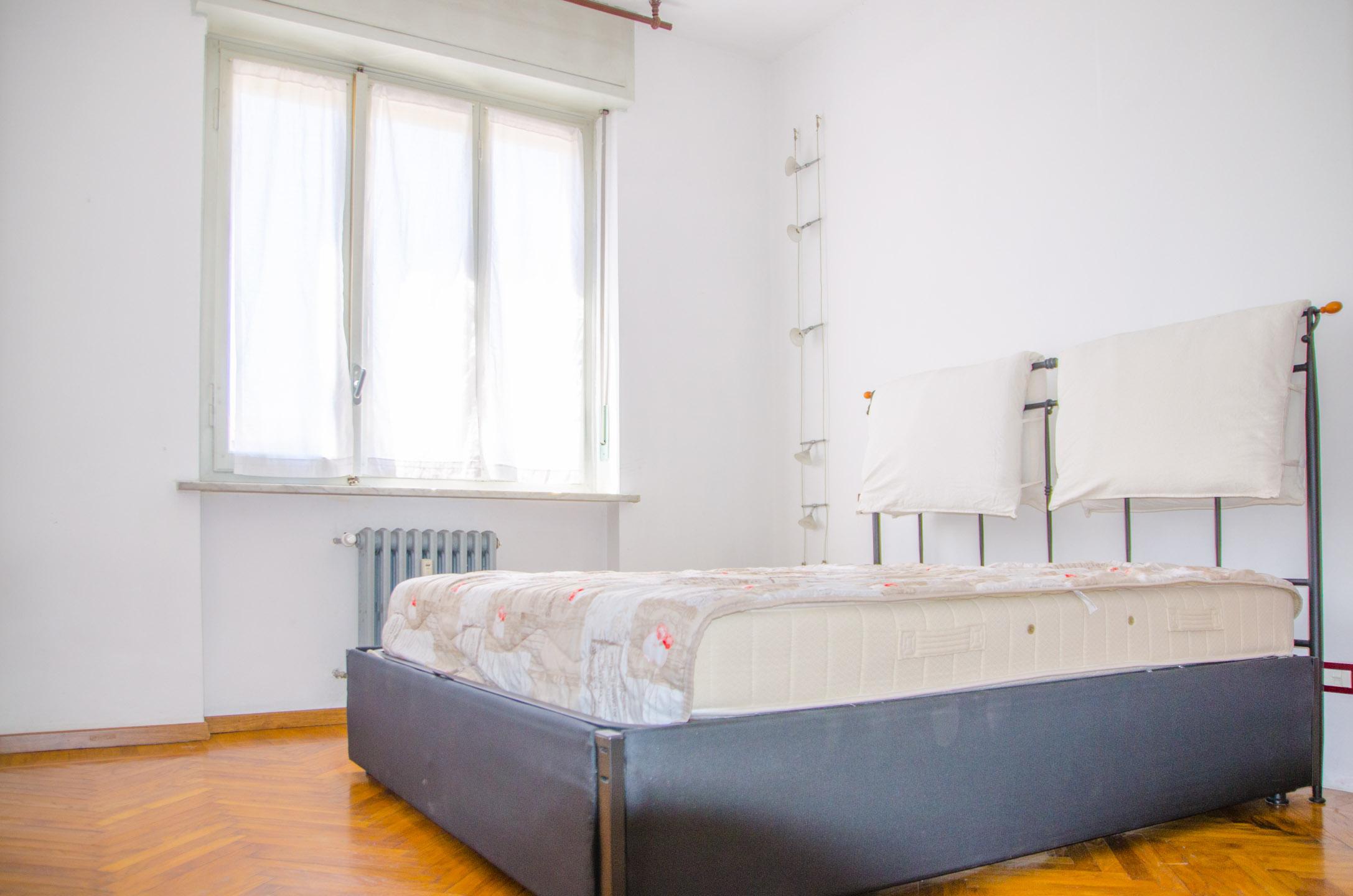 Camera da letto foto 3 in vendita via brandizzo 51 torino for Camera letto usata torino